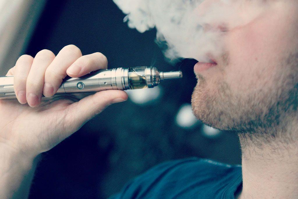 ragazzo fuma la migliore sigaretta elettronica
